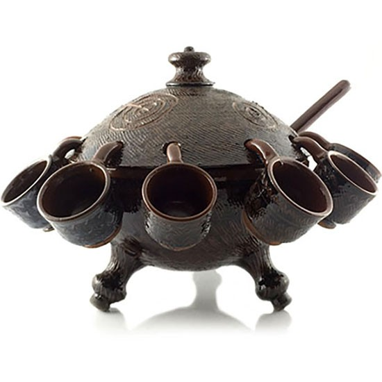 Recipiente de queimada hecha a mano en cerámica de Buño y decorada con símbolos rupestres.